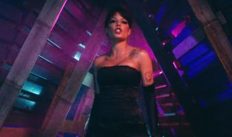 Cantora Halsey faz referência à Shania Twain em novo vídeo